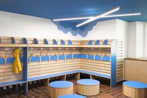 Проведение дезинфекции в раздевалке детского сада